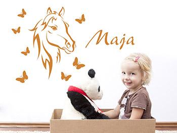 wandtattoo bezauberndes pferd mit name wandtattoo pferd schmetterlinge kinderzimmer wandtattoos. Black Bedroom Furniture Sets. Home Design Ideas