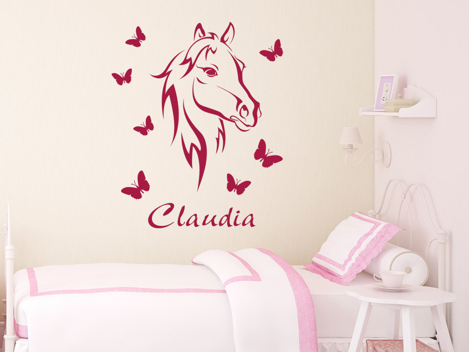 wandtattoo bezauberndes pferd mit name wandtattoo pferd schmetterlinge kinderzimmer wandtattoos. Black Bedroom Furniture Sets. Home Design Ideas