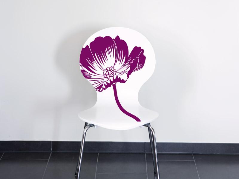 Stuhl mit einem außergewöhnlichen Wandtattoo beklebt