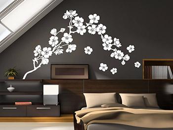 Kirschblüten Wandtattoo In Weiß Auf Dunkler Wandfläche